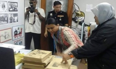 Police confiscate Zunar books