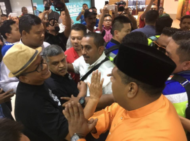 Zunar (centre) in Penang 25/11/16